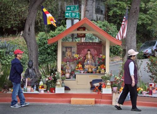 Những người Việt nhập cư đã xây một ngôi đền nhỏ, thay thế vị trí đặt tượng ban đầu của Dan Stevenson. Ảnh: Odd.