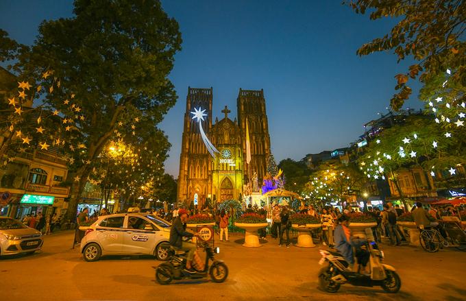 Không khí Giáng sinh trên khắp đường phố ở Hà Nội