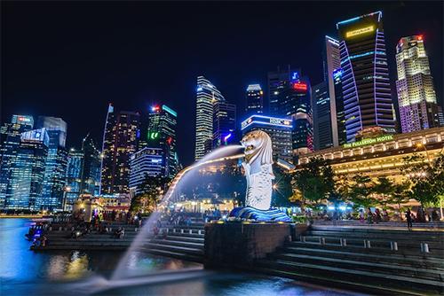 Công viên sư tử biển Merlion Park nằm ở One Fullerton gần bờ sông Singapore tại vịnh Marina. Đây là điểm tham quan nổi tiếng của Singapore, không thể vắng bóng trong hầu hết các tour du lịch ở đảo quốc. Bạn có thể đứng gần bức tượng sử tử hoặc đi dọc theo cầu cảng được xây dựng nhằm mục đích nối liền vào vịnh, để thực hiện một bức ảnh trông giống như vòi phun nước đang đổ vào miệng. Du khách nên đến đây vào buổi sáng sớm hoặc muộn vào ban đêm để tránh đám đông và tận hưởng tầm nhìn đặc biệt dễ chịu từ vịnh Marina với không gian rộng mở.