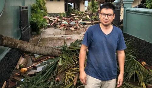 Kevin bên đống đổ nát tại biệt thự anh thuê ở Indonesia. Ảnh: SHM.