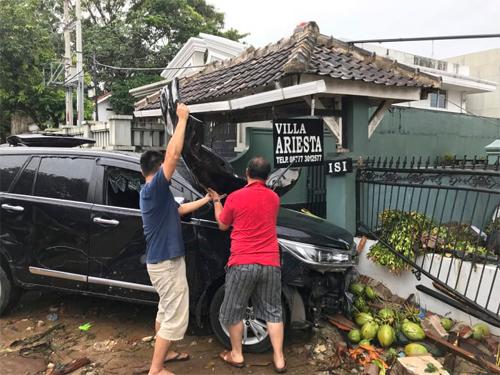 Kevin cùng một người bạn tháo dỡ xe để lấy đồ ở bên trong.