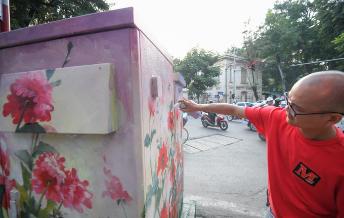 Hàng chục tủ điện trên hè phố Hà Nội được trang trí hoa lá
