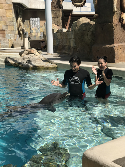 Bảo An - học trò của Chí Thiện được biết đến là cô bé triệu view. Cô bé cho biết đã ghé thăm Dolphin Island và rất thích những chú cá heo đáng yêu. Đây là lần đầu tiên cháu được tận mắt nhìn thấy và tương tác trực tiếp với cá heo. Cháu chưa từng thấy chúng ngoài đời trước đây, và lần này, cháu đã chạm vào chúng, Bảo An kể.Với Bảo An, mọi khoảnh khắc ở khu giải trí này đều là những trải nghiệm thú vị bởi trước đây cô bé chỉ được ngắm qua ảnh.