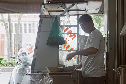 Chú Nắng bên góc bếp quen thuộc đặt ở phía trước quán. Ảnh: Di Vỹ.