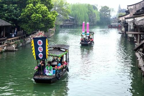 Cách Hàng Châu không xa, Ô Trấn mang đậm nét đặc trưng của vùng sông nước Giang Nam. Được thành lập từ thế kỷ thứ IV, trải qua rất nhiều triều đại khác nhau với phong cách kiến trúc và quy hoạch khác nhau, nhưng Ô Trấn vẫn giữ cho mình những nét đẹp không nơi đâu có được.