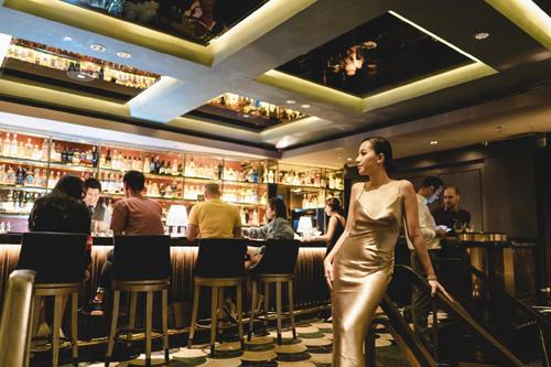 Điểm đến thứ ba của cặp đôi là Manhattan, được biết đến với danh hiệu Quán Bar Tốt Nhất Châu Á và xếp thứ 3 Danh sách 50 Quán Bar Tốt Nhất Thế Giới 2018. Có thể nói đây là điểm đến nổi bật nhất trong hành trình trải nghiệm của Băng Di và Justin. Đặt chân vào Manhattan, cả hai dường như được quay trở về thời Hoàng Kim bởi không gian và thiết kế nội thất lấy cảm hứng từ sự hùng vĩ của thành phố New York những năm 1920.Không chỉ quyến rũ ở không gian tráng lệ, Manhattan còn mê hoặc với với vô số hương vị cocktail vô cùng độc đáoVới 25 loại cocktail được thay đổi liên tục theo các mùa trong năm, quán bar đặc sắc này sẽ đưa các tín đồ yêu thích cocktail bước vào hành trình khám phá lịch sử, văn hóa và hương vị đặc sắc của thành phố Manhattan nổi tiếng, Băng Di chia sẻ.