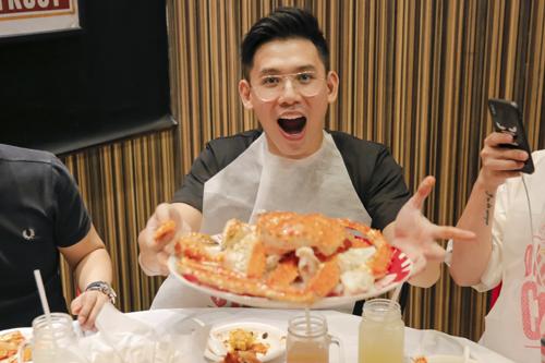 Đại Nhân: Thưởng thức trọn vẹn hương vị hải sản tại Dancing CrabẨm thực phong phú ở Đảo quốc từ lâu đã trở thành niềm đam mê bất tận của Đại Nhân. Anh vô cùng thích thú khi được thưởng thức những thực đơn hải sản độc đáo tại Dancing Crab. Là sự kết hợp hài hòa giữa hương vị hải sản tươi ngon tại Singapore và kỹ thuật chế biến theo phong cách Mỹ, Dancing Crab mang đến cho Đại Nhân những trải nghiệm ẩm thực có một không hai.Ăn hải sản ở Dancing Crab rất là thích, hương vị như đậm đà hơn khi ăn bằng tay. Không gian lại thoải mái để có thể vừa tận hưởng món ăn ngon vừa tám chuyện với bạn bè, Đại Nhân chia sẻ.