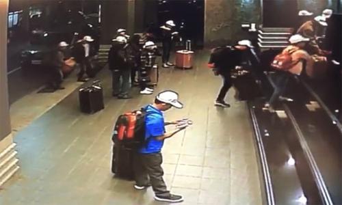 Đoàn khách Việt Nam xuất hiện chớp nhoáng trong một khách sạn ở Cao Hùng ngày 23/12 trước khi biến mất. Ảnh: CNA.