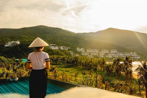 Kể từ khi ra đời, khu nghỉ dưỡng trên bán đảo Sơn Trà dường như chưa từng bỏ lỡ một giải thưởng uy tín nào trong lĩnh vực du lịch nghỉ dưỡng. Sau 4 năm liên tiếp giữ vững danh hiệu Khu nghỉ dưỡng sang trọng nhất thế giới (2014-2018), mới đây nhất, InterContinental Danang Sun Peninsula Resort đã xuất sắc vượt qua những khu nghỉ dưỡng nổi tiếng trên thế giới và được Giải thưởng Du lịch Thế giới 2018 (World Travel Awards WTA) vinh danh ở hạng mục quan trọng nhất Khu nghỉ dưỡng thân thiện với môi trường nhất thế giới 2018.