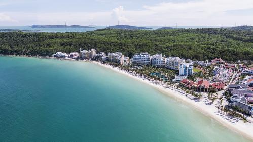 JW Marriott Phu Quoc Emerald Bay nâng tầm vị thế đảo NgọcVới 234 phòng, suite, căn hộ và villas, siêu phẩm nghỉ dưỡng bên bãi Kem (Phú Quốc) được thiết kế dựa trên câu chuyện giả tưởng về trường đại học Lamark những năm đầu thế kỷ 20 đã liên tục gặt hái hàng loạt giải thưởng uy tín trong lĩnh vực nghỉ dưỡng cao cấp, kể từ khi ra mắt năm 2016 đến nay.
