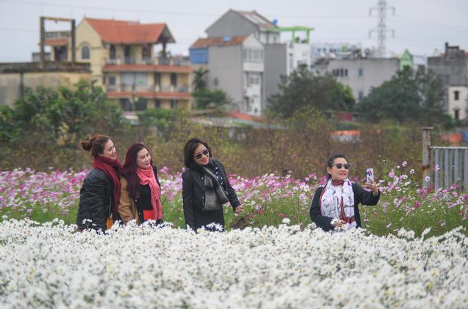 Vườn Nhật Tân, phố đi bộ Hà Nội vắng khách trong ngày đầu nghỉ lễ