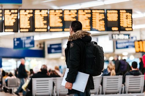 Làm thủ tục lên máy bay sớm giúp bạn không bị vội vã, cập rập.