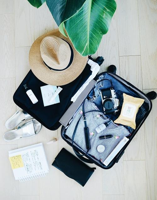Để an toàn, tránh thất lạc, bạn nên để những vật dụng giá trị, giấy tờ tuỳ thân vào túi nhỏ và luôn mang bên người.