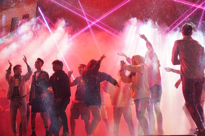 Hàng nghìn du khách đội mưa đi chơi ngày lễ ở Đà Lạt
