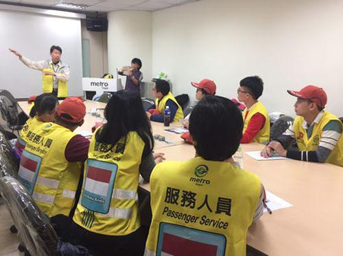 12 lao động ngày đều là những người đạt điểm cao trong một bài kiểm tra bằng tiếng phổ thông vào hồi đầu năm của Tập đoàn Chuyển phát nhanh (TRTC), đơn vị điều hành tàu điện ngầm Đài Bắc. Họ cũng được tham gia một khóa huấn luyện ngắn hạn tại đây vào chiều ngày 30/12. Ảnh:CNA.