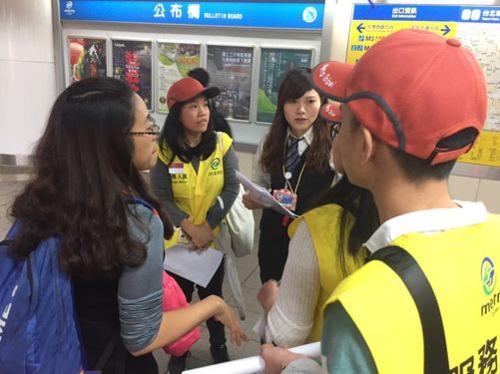Đây là lần đầu tiên những người lao động Việt ở Đài Loan thực hiện công việc tình nguyện ở nhà ga tàu điện ngầm. Ảnh: CNA.