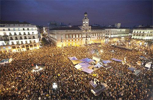 Ngườ Tây Ban Nha đổ ra đường đón năm mới rất đông, đặc biệt là các đôi còn trẻ. Ảnh: Eye on Spain.