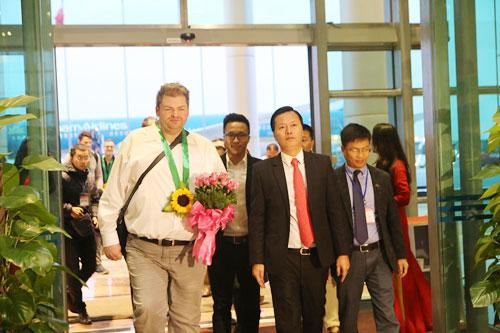 Anh Timo Kux nhận sự đón tiếp ngay tại sân bay Nội Bài khi là khách nước ngoài đầu tiên tới Hà Nội. Ảnh: Hồng Hạnh.