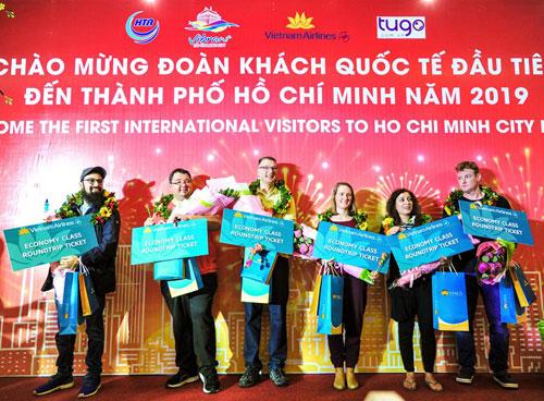 Cả hai đoàn khách quốc tế đầu tiên đến Hà Nội và TP HCM đều từ Frankfurt, Đức. Ảnh: Sở Du lịch TP HCM.