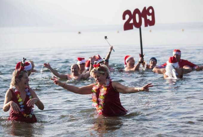 Người châu Âu tắm biển dưới trời 7 độ C mừng năm mới