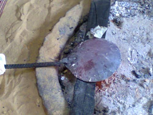 Nguồn gốc của bishah có nguồn gốc từ vùng Lưỡng Hà, tuy nhiên một số tài liệu chỉ ra rằng nó bắt nguồn từ Ai Cập. Trên ảnh, người dân đang nung nóng một chiếc thìa để chuẩn bị thực hiện cho nghi lễ. Ảnh: Odd.