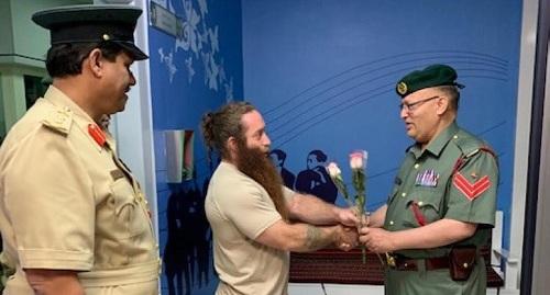 Khoảnh khắc du khách được trả tự do sau vụ gây rối. Ảnh:Khaleej Times.