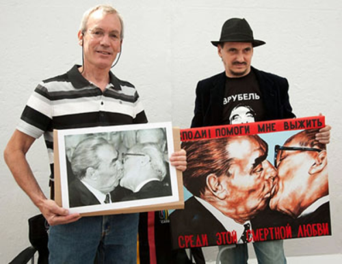 Dmitri Vrubel(phải) còn có cơ hội gặp nhiếp ảnh gia Regis Bossu và cả hai chụp ảnh chung với đứa con tinh thần của chính mình. Ảnh:Stripes.