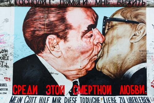 Đây là một tác phẩm của họa sĩ người Nga Dmitri Vrubel, phác họa nụ hôn say đắm giữa nhà lãnh đạo Liên Xô Leonid Brezhnev (trái) và lãnh đạo Đông Đức Erich Honecker. Ảnh: Loïc Lagarde/Flickr.