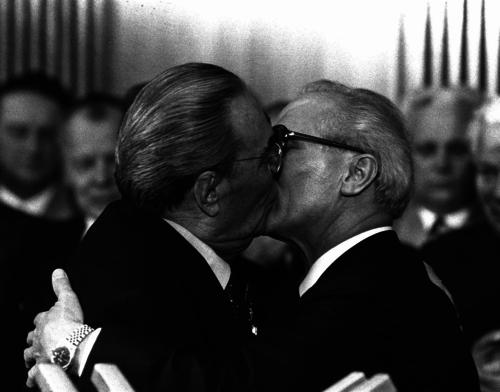 Bức ảnh Nụ hôn bằng hữulập tức gây sốt và được in bán rộng rãi.Ảnh: Regis Bossu.