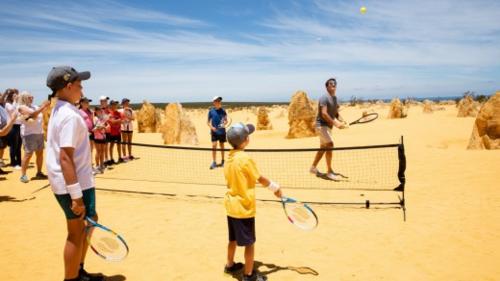 Ông vua quần vợt gặp gỡ nhiều du khách khác và giao lưu với các em nhỏ. Ảnh: AAP.