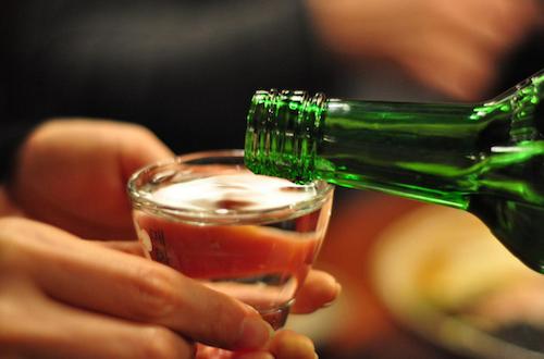 Rượu soju là quà tặng sau chuyến du lịch Hàn Quốc. Ảnh: Flickr.