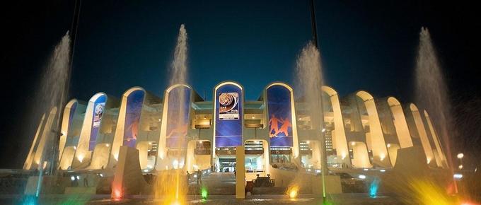 Quanh sân vận động có quảng trường, đài phun nước. Sân vận động này cũng nhận được nhiều lời khen ngợi trên trang TripAdvisor. Nhiều du khách đã đánh giá đây là một địa điểm tuyệt vời để cảm nhận văn hóa của người UAE. Ảnh: Jordan Times.