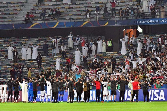 Sân bóng đá nằm trong tổ hợp thể thao này có kích thước đạt chuẩn quốc tế với hệ thống bảng led, âm thanh, đèn chiếu sáng hiện đại. Ảnh: Arabian Business.