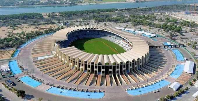 Giải bóng đá lớn nhất châu Á diễn ra tại UAE từ ngày 5/1 đến 1/2, với sự tham gia của 24 đội bóng. 8 trận đấu sẽ được tổ chức tại sân Zayed Sports City. Sân hoàn thành vào năm 1979 và khánh thành năm 1980. Tổng chi phí xây dựng là 150 triệu USD. Với sức chứa hơn 43.000 người, đây là sân vận động lớn nhất UAE. Ảnh: UAE Zoom.