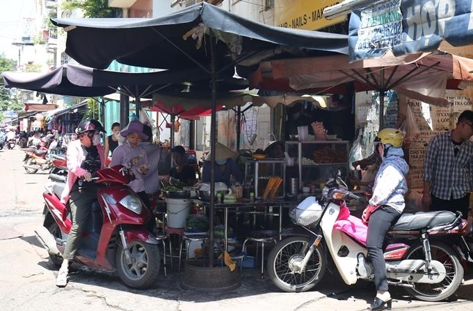 5 hàng bún thịt nướng luôn tấp nập khách ở Sài Gòn