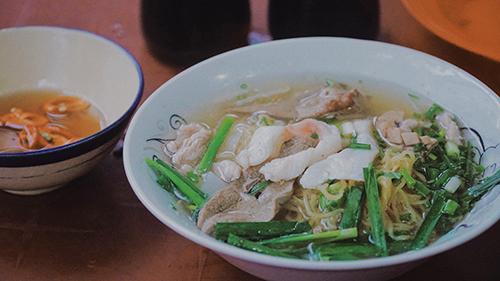 Hủ tiếu cá, quận 1Địa chỉ bán hủ tiếu cá của một gia đình gốc Hoa nằm trên đường Calmette đã tồn tại hơn 75 năm. Điểm ấn tượng của món ăn với nhiều người là vị nước lèo. Bên cạnh cá, quán còn dùng xương ống tủy heo để hầm nước. Vì vậy mà nước lèo có độ trong, ngọt thanh, thoang thoảng mùi thơm khi vừa bưng ra.Món này ăn kèm với ít giá và hẹ, cho thêm hành lá xắt nhuyễn nổi bật bên trên. Suất ăn đầy đủ có giá 35.000 đồng.
