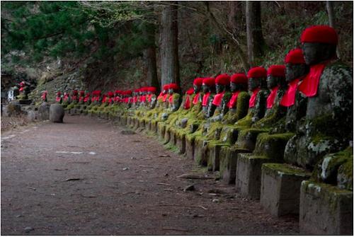 Những bức tượng Jizo thành hàng dài nối liền nhau tạo nên nét riêng cho vực Kanmangfuchi. Ảnh: Monnhatban.