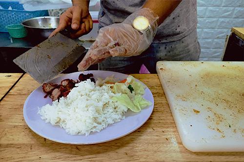 Thịt xá xíu được xắt khi có khách gọi món. Ảnh: Tâm Linh.