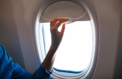 Trên những chuyến bay ban ngày, nhiều hành kháchcó thói quen đóng rèm cửa để tránh chói mắt.