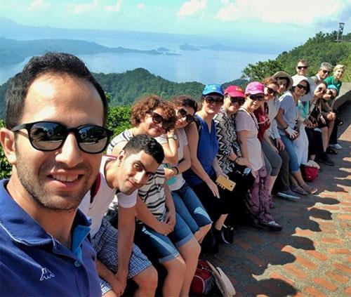 Parsa (ngoài cùng bên trái) chụp ảnh cùng các thành viên trong một đoàn tour do anh tổ chức. Ảnh: Instagram.