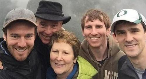 Hai vợ chồng du khách Mỹ chụp cùng 3 cậu con trai còn đang độc thân của mình. Nhiều người đã gọi ông là ông bố của năm và ca ngợi Neil là người cha có trái tim ấm áp.Ảnh: News.