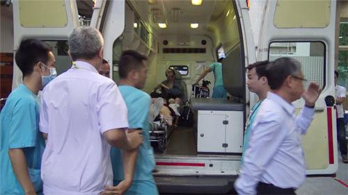 Những du khách bị thương nặng sẽ được chuyển ngay đến bệnh viện để được theo dõi và điều trị. Ảnh: Cẩm Anh.