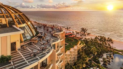 Điểm nhấn của InterContinental Phu Quoc Long Beach Resort là quán bar tầng thượng cao nhất đảo Ngọc  INK 360 tọa lạc trên tầng 19 với thiết kế đặc biệt lấy cảm hứng từ bạch tuộc khổng lồ Kraken. Tại đây, du khách có thể vừa nhâm nhi một ly cocktail vừa phóng tầm nhìn rộng khắp toàn cảnh đại dương và ngắm hoàng hôn tuyệt đẹp của Phú Quốc.