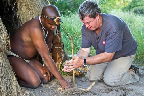 Khách Tây học cách nhóm lửa với những dụng cụ thô sơ sẵn có trong tự nhiên của tộc người San tại Botswana. Ảnh: Wendy Perrin.