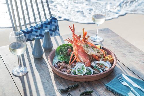 Ngoài ra, những trải nghiệm ẩm thực đặc sắc, kết hợp giữa truyền thống và hiện đại tại 6 nhà hàng và quán bar thời thượng còn góp phần làm những ngày nghỉ của du khách thêm phần hấp dẫn.