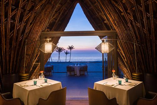 Đặc biệt hơn nữa là sự xuất hiện được mong chờ của nhà hàng LAVA. Với thiết kế cách điệu từ tre nhưng vẫn mang hơi hướng của biển cả, LAVA nằm gần bờ biển là nhà hàng chuyên phục vụ hải sản cao cấp và các loại thịt ngoại nhập, kết hợp hoàn hảo với hơn 300 loại rượu hảo hạng trong không gian âm nhạc du dương.