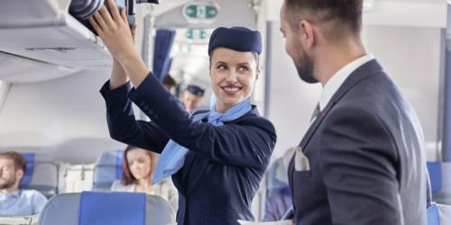 Hãng bay Mỹ gây tranh cãi khi cho phép tiếp viên giữ tiền tip - ảnh 1