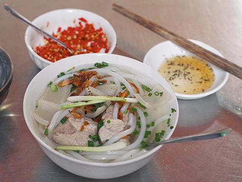 Hàng bánh canh bột gạo hơn 60 năm nằm gần chợ ở Sài Gòn - ảnh 2