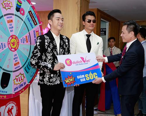 ca sĩ Nhật Tinh Anh cùng diễn viên Hiếu Nguyễn cũng sở hữu voucher giảm giá sốc.