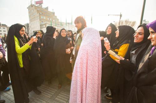 Vợ chồng Gina cảm thấy như người nổi tiếng khi ở Iran vì người dân rất thân thiện và đều chào đón hào hứng mỗi khi cả hai đi ngang nơi nào đó. Một số người thậm chí muốn chụp ảnh cùng vợ chồng du khách Singapore. Ảnh: Sunrise Odyssey.